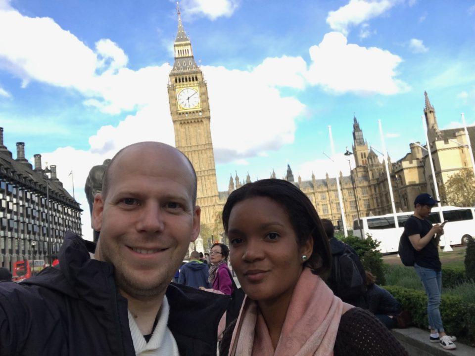 photo de julien et priscilla godart à londres devant le monument Big Ben depuis le site juliengodart.fr